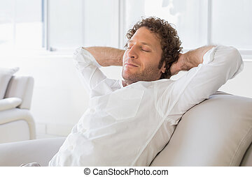hoofd, zittende , ontspannen, achter, handen, thuis, man