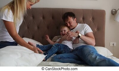 hoofdkussens, gezin, bed, vechten, thuis, spelend, vrolijke