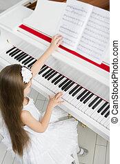 hoogste mening, van, klein meisje, in, witte kleding, spelende piano