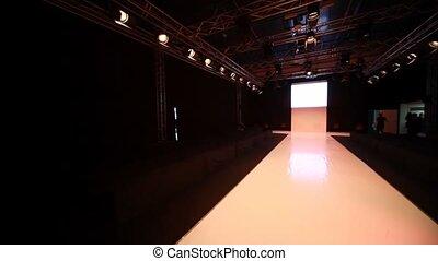 horizontaal, panning, van, lege, mannequin, podium