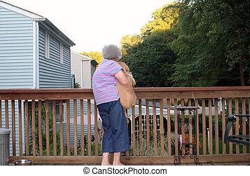 horizontaal, vrouw, senior, puppy, vasthouden