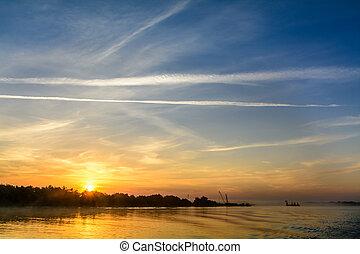 horizontal, été, pier., amarrage, cargaison, sur, ciel, deux, haut, tôt, arrière-plan., chargement, bateaux, couple, matin, sunrising, vue