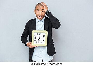 horloge, jeune, inquiété, américain, tenue, africaine, stupéfié, homme