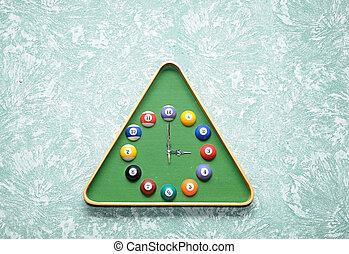 horloge mur, dans, snooker, salle, dans, triangle, cadre, forme