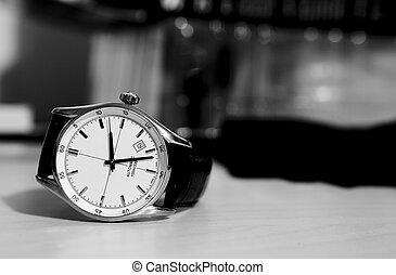 horloge, op de tafel