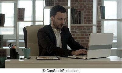 horreur, regarder, panicking, écran, homme affaires, ordinateur portable