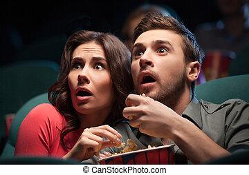 horror, movie., horrorizado, par jovem, comer, pipoca,...