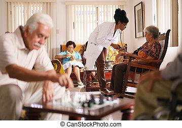 hospicio, doctor, presión arterial que mide, a, mujer mayor