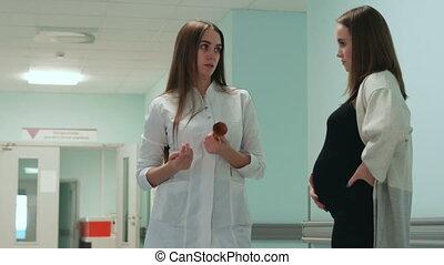 hospital., dialogue, femme, docteur féminin, pregnant, couloir, entre