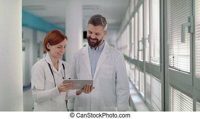 hospital., docteur, debout, tablette, portrait femme, homme