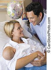 hospitalar, mãe, bebê, novo, sorrindo, marido