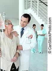 hospitalar, mulher, sênior, doutor