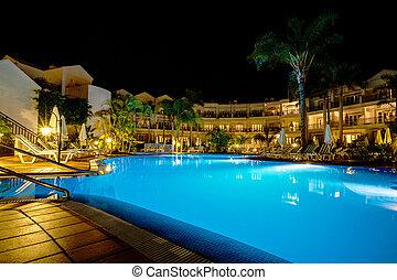 hotel, com, piscina, à noite