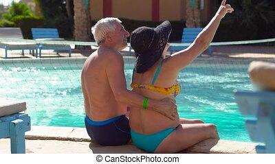 hotel., odprężając, ludzie, vacation., para, wszystko, inclusive., mówiąc, senior, cieszący się, kałuża, pływacki