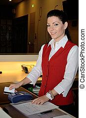 Hotelassistentin mit mobiler Bankomatkasse - junge...