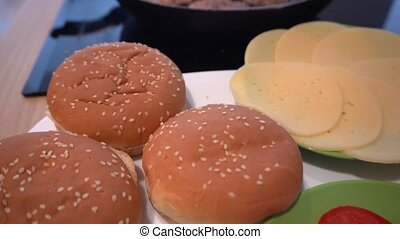 hotplate, hamburger, wypiek, kok, pomidory, ogórek, piłki, ...