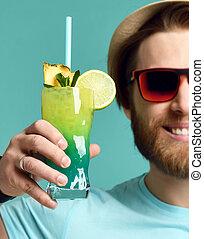 houden, zonnebrillen, cocktail, drank, jonge, proosten, sap, man, vrolijke , hoedje, rood, margarita