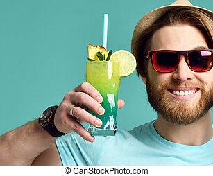 houden, zonnebrillen, cocktail, margarita, drank, jonge, sap, glimlachende mens, hoedje, rood, vrolijke