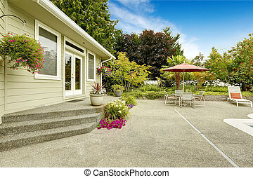 House backyard with patio table. Real estate in Federal Way,