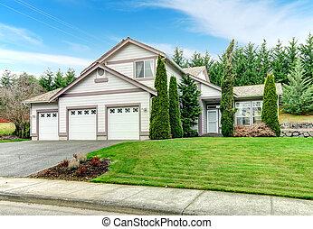 house., mellékvágány, lépcsőzetes vízszintes deszkaburkolat ház falán, járdaszegély, felhívás