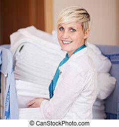 housekeeper, empilhando, folhas, em, estoque, sala