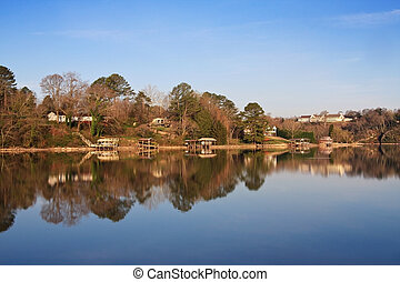 Tennessee River - Houses along the Tennessee River in...