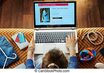 housewife browsing online fashion retail ecommerce site