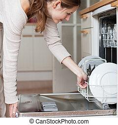 housework:, lavapiatti, donna, piatti, giovane, mettere