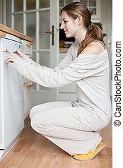 housework:, lavaplatos, mujer, joven, utilizar