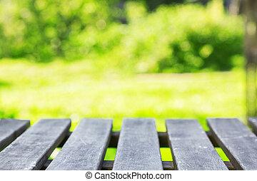 hout, tafel, met, groene achtergrond
