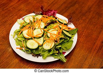 hout, wortels, komkommers, slaatje, tafel