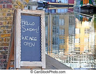"""houten, bord, door, de, waterside, met, tekst, """"hello, sunday!, wij, zijn, open"""", ondiep, diepte van gebied"""