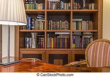 houten bureau, en, classieke, boekenkast, met, boekjes