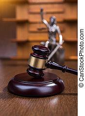 houten gavel, met, standbeeld, van, justitie, concept
