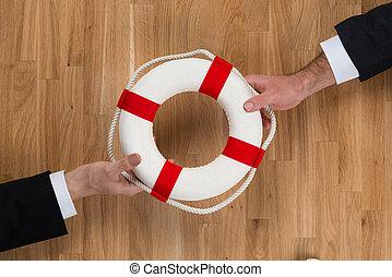 houten, op, lifebuoy, zakenlieden, tafel, voorbijgaand