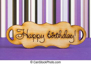 """houten, plaque, met, de, inscriptie, """"happy, birthday"""", op, paarse , st"""