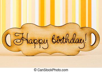 """houten, plaque, met, de, inscriptie, """"happy, birthday"""", op, sinaasappel, st"""