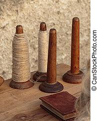 houten, spindles, spoelen, op, tafel