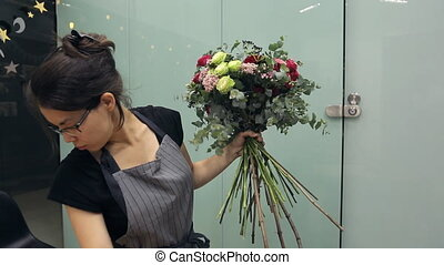 How to create a mixed flower hand tied tutorial with roses...