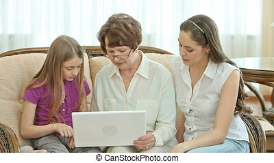 How to use laptop - Grandchildren explaining their granny...