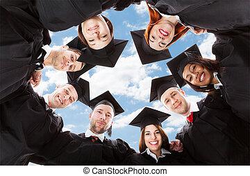 huddle, multiethnic, formando, céu, contra, diplomados, ...