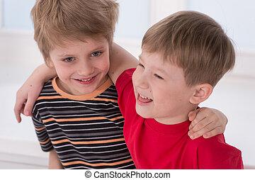 huging, rire, garçons, frère, mieux, friends., petit, deux, sourire, autre, chaque