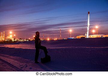 huile, ingénieur, ouvrier, arrière-plan., coucher soleil, siberia., ciel, occidental, hiver, oilfield., pomper cric