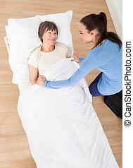 huisbewaarder, bedekking, oude vrouw, met, deken
