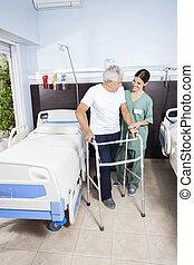 huisbewaarder, kijken naar, senior, patiënt, gebruik, walker