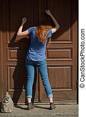 huki, dziewczyna, drzwi, zamknięty, rozpaczliwy