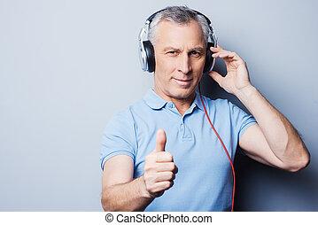 hulp, duim, senior, headphones, verticaal, het tonen, grijze , op, enig, staand, zijn, goed, situation., terwijl, tegen, achtergrond, het luisteren, muziek, man, u