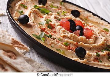 hummus, com, azeitonas, e, tomates, ligado, um, prato, close-up.