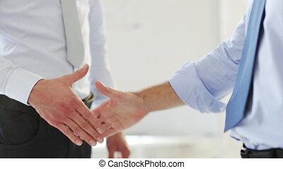 hun, zakenlieden, rillend, twee handen