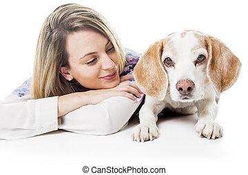 hund, med, kvinna, ar, framställ, in, studio, -, isolerat, vita, bakgrund